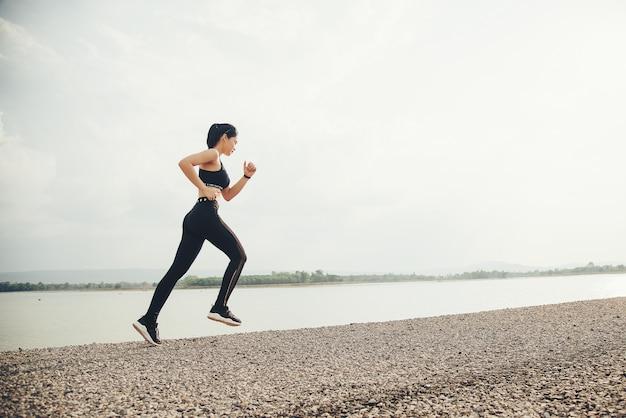 Młoda kobieta fitness biegacz