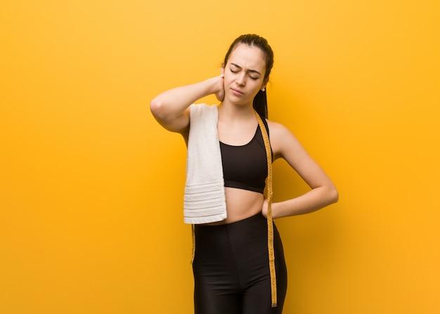 Młoda kobieta fitness cierpi ból szyi