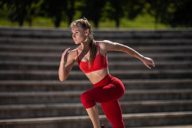 Młoda kobieta fitness działa na stadionie