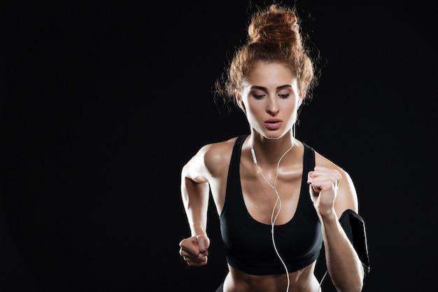 Młoda kobieta fitness działa