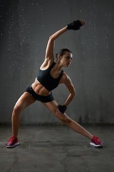 Młoda kobieta fitness rozciąganie przed treningiem