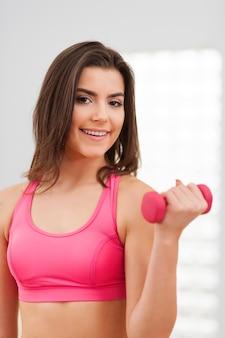Młoda kobieta fitness szkolenia z hantlami