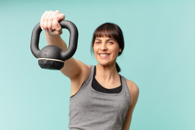 Młoda kobieta fitness z hantlami