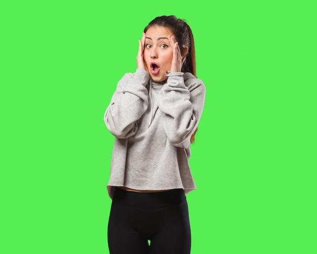 Młoda kobieta fitness zaskoczony i zszokowany