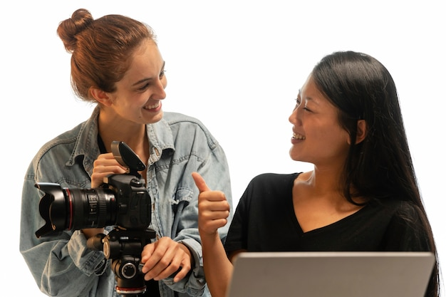 Młoda kobieta fotograf produktu w swoim studio