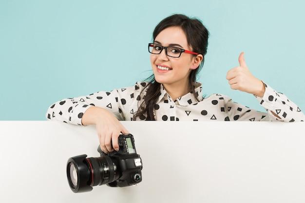 Młoda kobieta fotograf z aparatem
