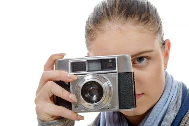 Młoda kobieta fotograf z rocznika kamery