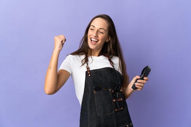 Młoda kobieta fryzjer na pojedyncze ściany świętuje zwycięstwo