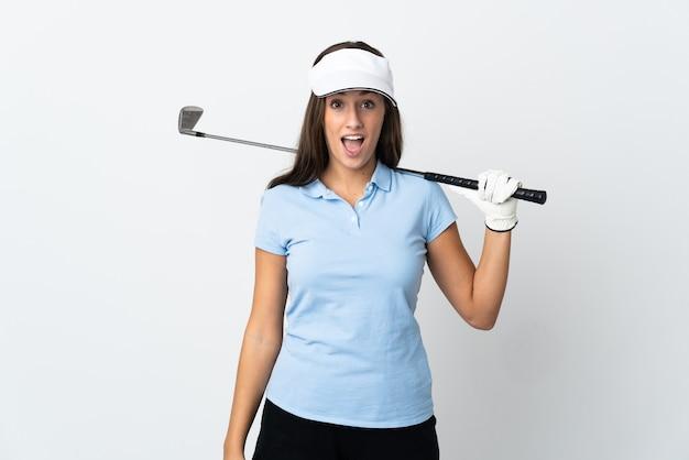 Młoda kobieta golfista na białym tle z zaskoczenia wyraz twarzy