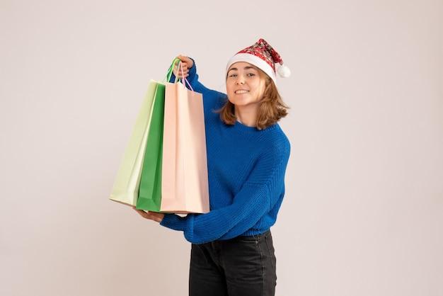 Młoda kobieta gospodarstwa pakiety z prezentami na białym tle
