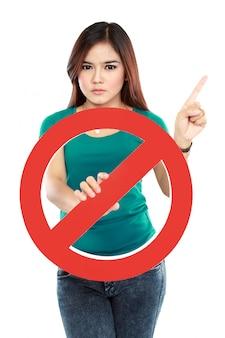 Młoda kobieta gospodarstwa zabronione znak