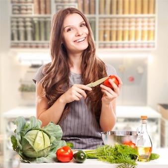 Młoda kobieta gotowania w kuchni. zdrowa żywność - sałatka jarzynowa. dieta. dieting concept. zdrowy tryb życia.