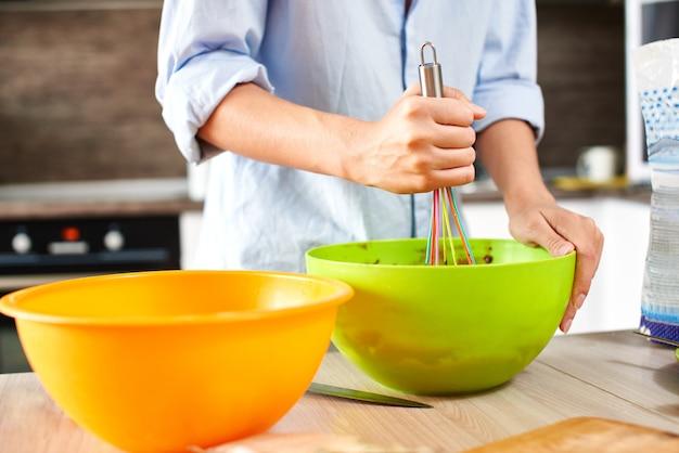 Młoda kobieta gotowania w kuchni.