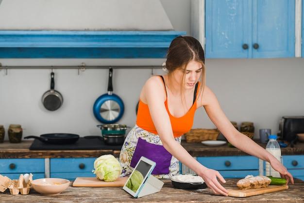 Młoda kobieta gotowania w kuchni