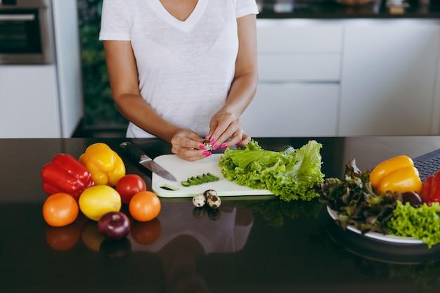 Młoda kobieta gotuje w kuchni