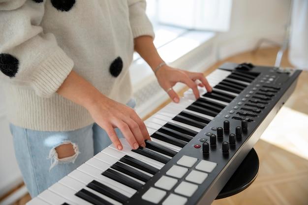 Młoda kobieta gra na pianinie w pomieszczeniu