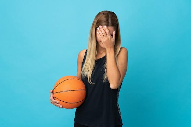 Młoda kobieta gra w koszykówkę na białym tle z wypowiedzi zmęczony i chory
