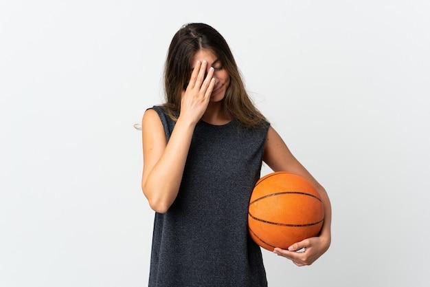 Młoda kobieta gra w koszykówkę na białym tle