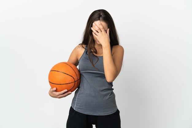 Młoda kobieta gra w koszykówkę na pojedyncze białe ściany z wyrazem zmęczenia i choroby