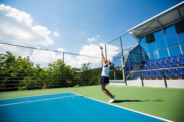 Młoda kobieta gra w tenisa