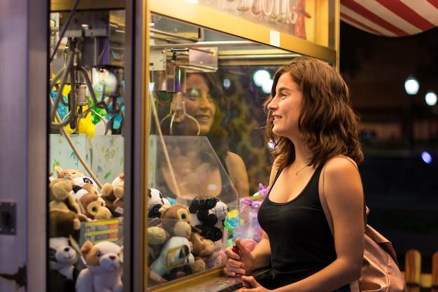 Młoda kobieta gra w uczciwej grze