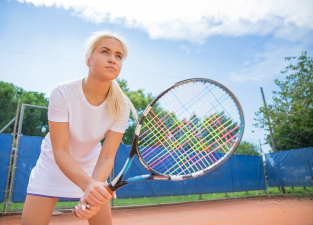 Młoda kobieta, grać w tenisa