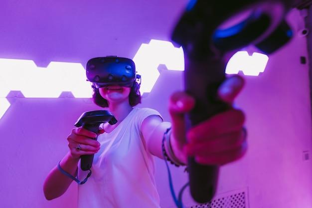 Młoda kobieta, grając w gry wirtualnej rzeczywistości