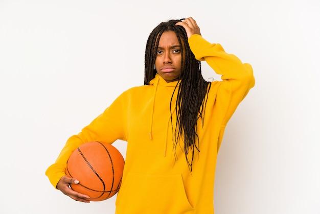 Młoda kobieta grająca w koszykówkę jest w szoku, przypomniała sobie ważne spotkanie
