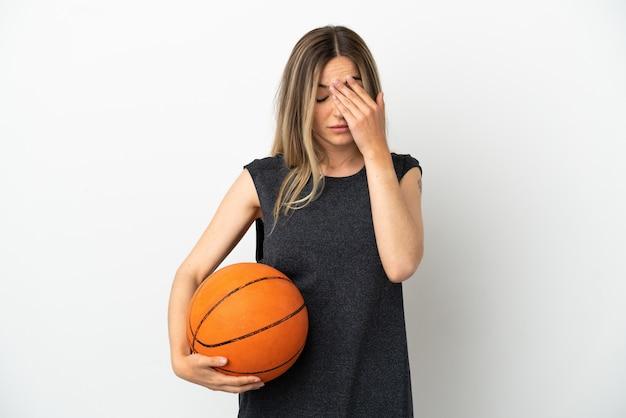Młoda Kobieta Grająca W Koszykówkę Nad Odosobnioną Białą ścianą Ze Zmęczoną I Chorą Miną Premium Zdjęcia