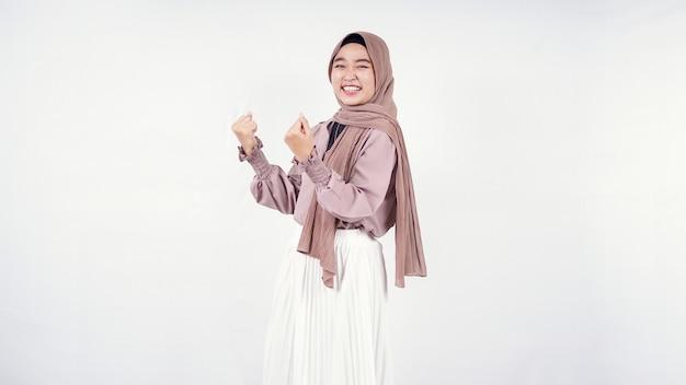 Młoda kobieta hidżab namiętnie izolowana na białym tle