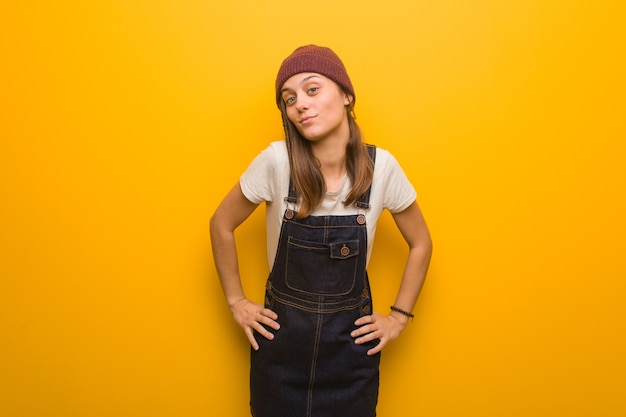 Młoda kobieta hipster zbeształ kogoś bardzo zły