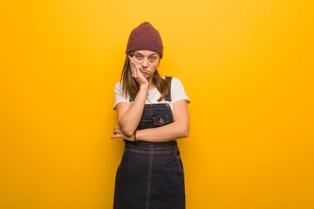 Młoda kobieta hipster zmęczona i bardzo senna