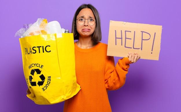 Młoda kobieta hiszpanin. koncepcja recyklingu