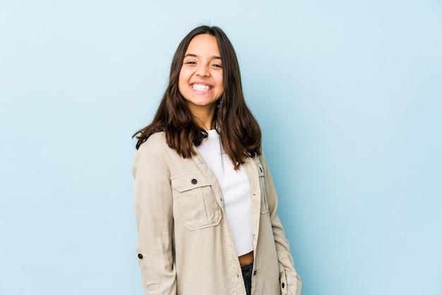 Młoda kobieta hiszpanin rasy mieszanej izolowane szczęśliwy, uśmiechnięty i wesoły.
