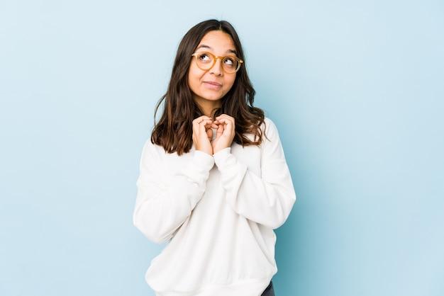 Młoda kobieta hiszpanin rasy mieszanej samodzielnie tworzy plan w umyśle, tworząc pomysł.