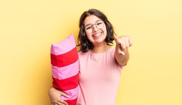 Młoda kobieta hiszpanin, wskazując na aparat wybierając ciebie. koncepcja porannego przebudzenia