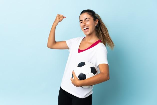 Młoda kobieta hiszpanin wyizolowanych z piłki nożnej świętuje zwycięstwo