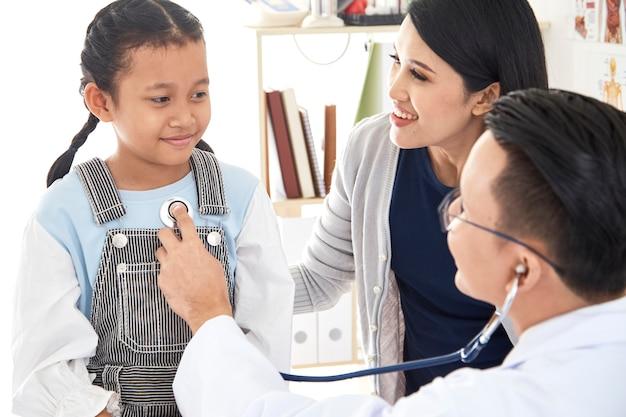 Młoda kobieta i jej mała córka z pediatrą