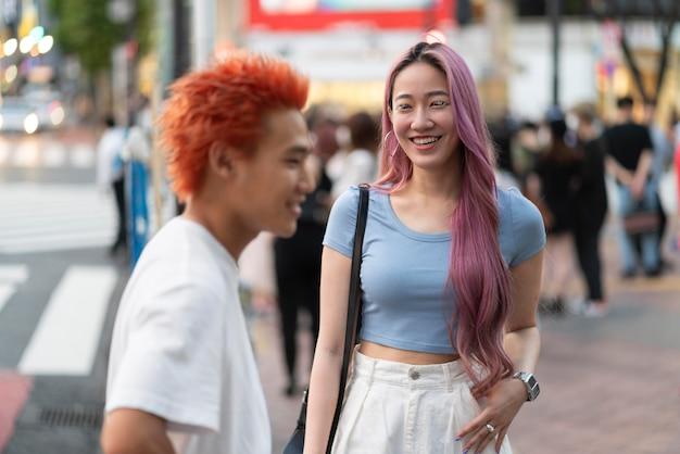 Młoda kobieta i mężczyzna o zabawnych kolorach włosów