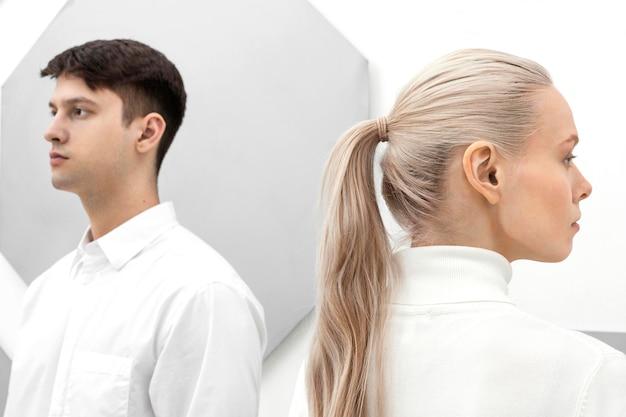 Młoda kobieta i mężczyzna stojący naprzeciwko siebie