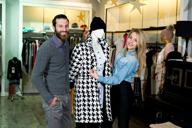 Młoda kobieta i mężczyzna zakupy ciepłe kurtki w sklepie odzieżowym.