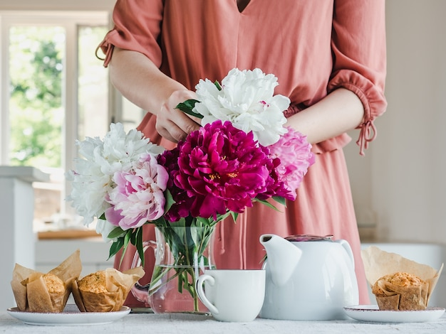 Młoda kobieta i piękny bukiet kwiatów.