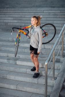Młoda kobieta i rower w mieście