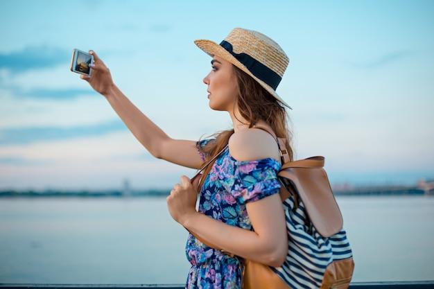 Młoda kobieta i rzeka przy miastem