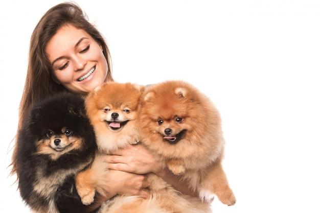 Młoda kobieta i słodkie psy szpic