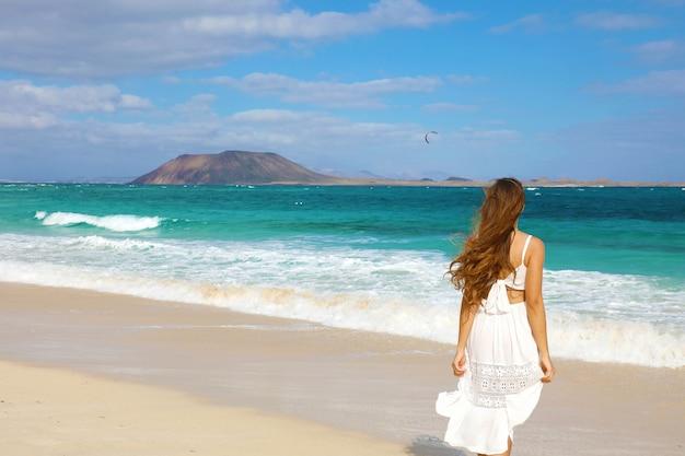 Młoda kobieta idzie na corralejo, fuerteventura, wyspy kanaryjskie