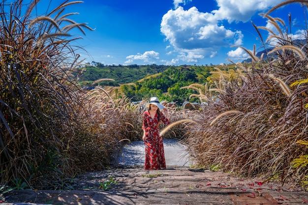Młoda kobieta idzie na drewnianej ścieżce.