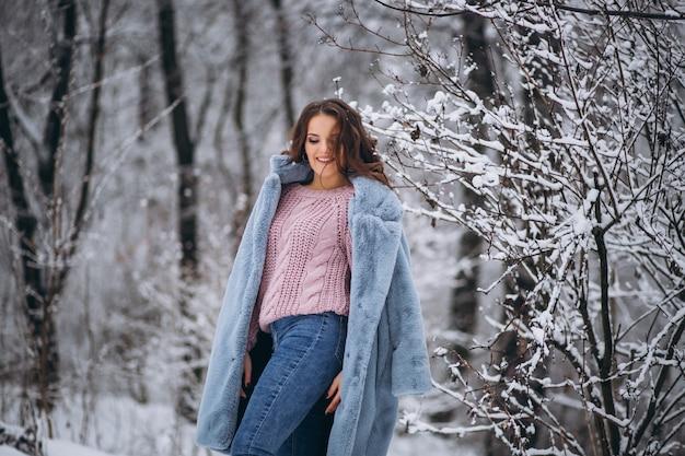 Młoda kobieta idzie w winter park