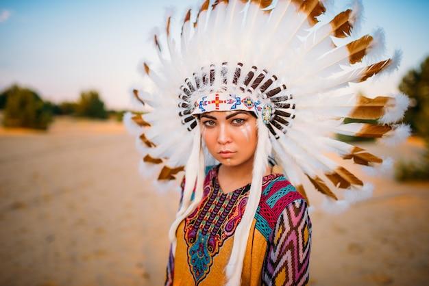 Młoda kobieta indian amerykańskich w tradycyjnych strojach