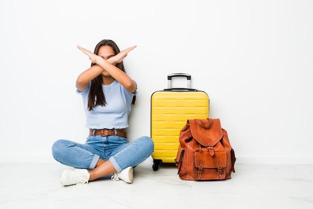 Młoda kobieta indyjska gotowy do podróży, trzymając dwie ręce skrzyżowane